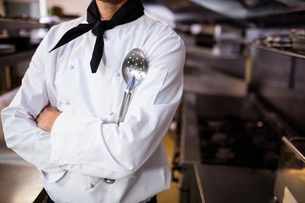 Chef-kok die zich met een spatel bevindt