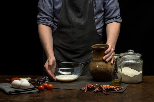 Chef-kok handen bereiden deeg op tafel