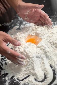 Chef-kok hipster stijlvolle hand mengen eierdooier