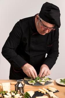 Chef-kok in de keuken koken