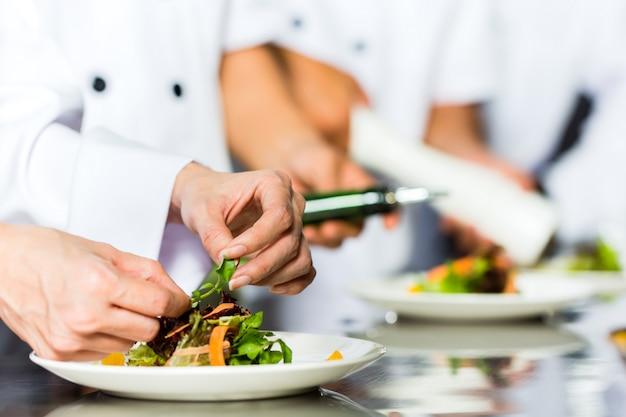Chef-kok in de keuken van het restaurant koken