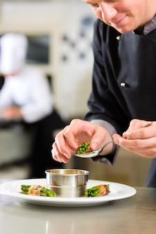 Chef-kok in hotel of restaurant keuken koken
