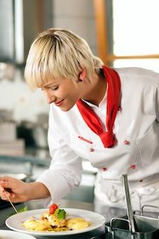 Chef-kok in restaurantkeuken het koken