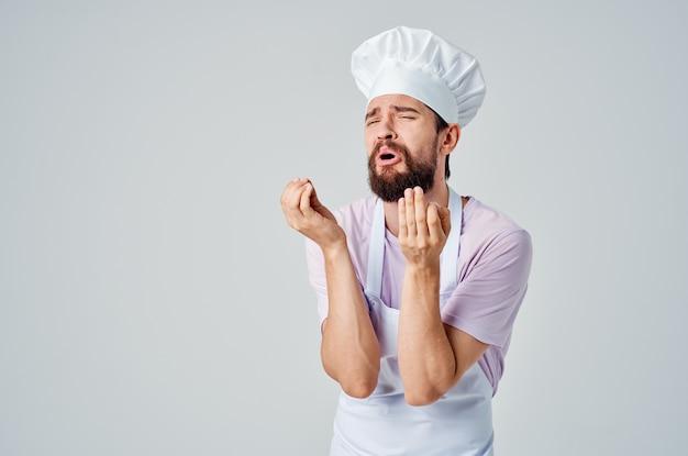 Chef-kok in uniform gebaren met handen emoties werken in een restaurant