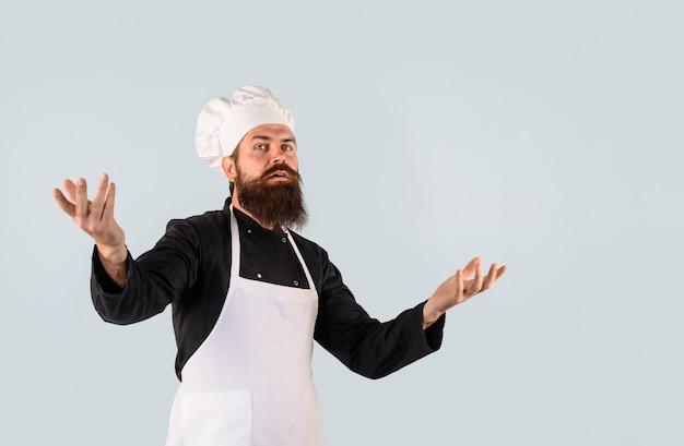 Chef-kok klaar om nieuwe schotel chef-kok en professionele culinaire mannelijke kok in chef-kok hoed chef-kok te koken
