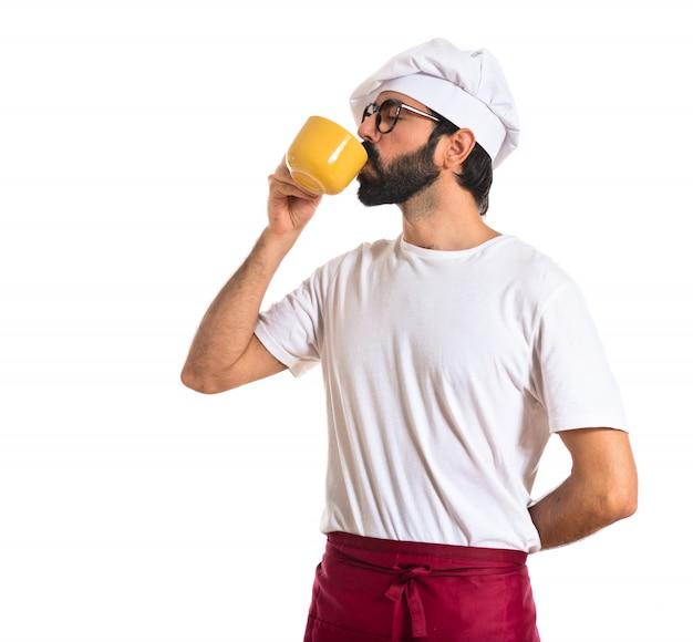 Chef-kok koffie drinken op witte achtergrond