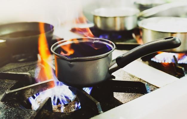 Chef-kok koken, chef-kok bereiden van voedsel, chef-kok versieren schotel in de keuken