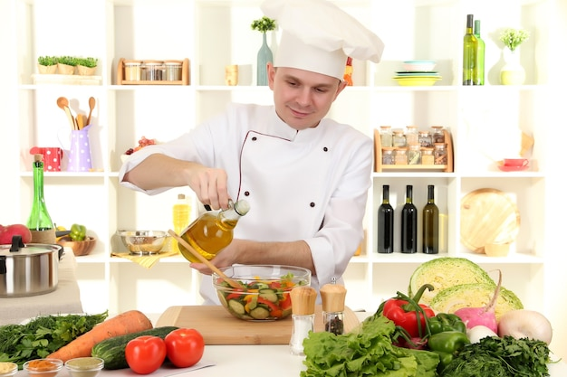 Chef-kok koken in de keuken