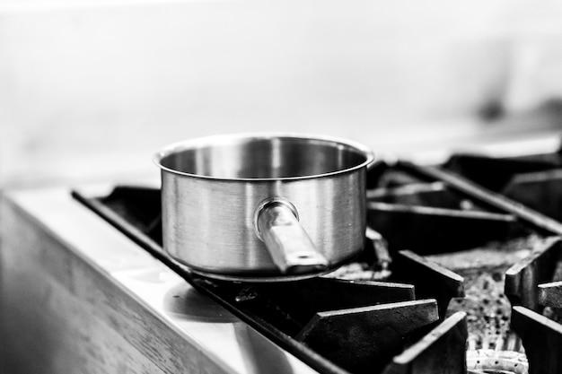 Chef-kok koken in een keuken, chef-kok op het werk, zwart en wit