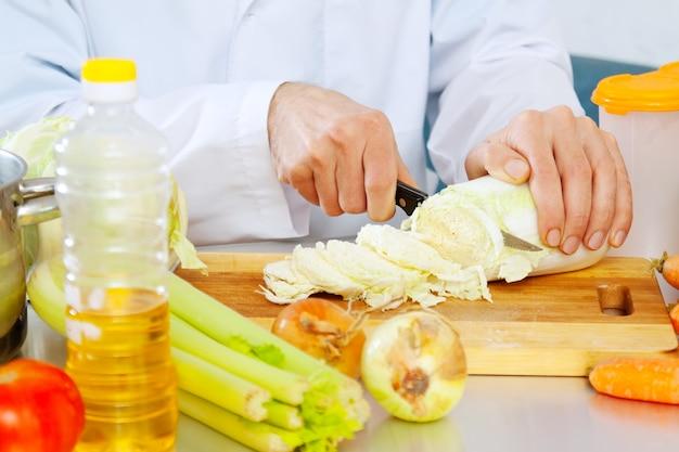 Chef-kok koken veggie salade