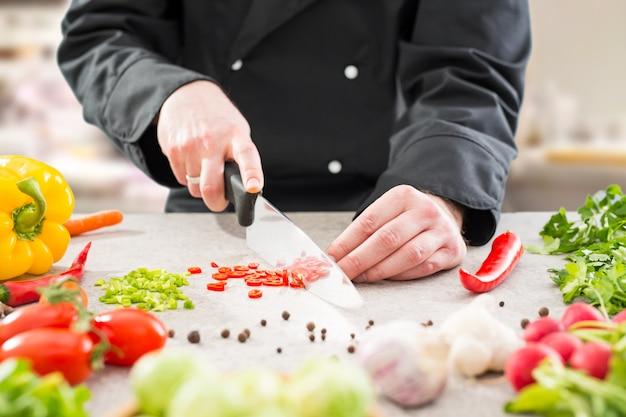 Chef-kok koken voedsel keuken restaurant snijden bereiden cook