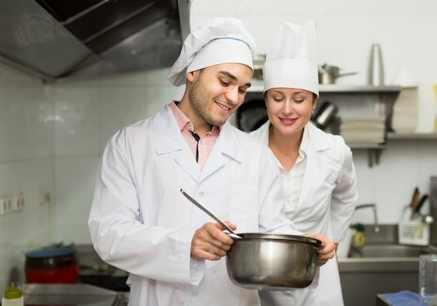 Chef-kok kookt in de professionele keuken