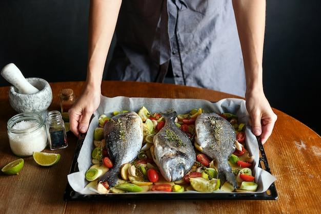 Chef-kok kookt vis