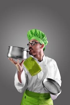 Chef-kok met al zijn werkkleren en bestek voor de keuken