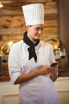 Chef-kok met behulp van een smartphone