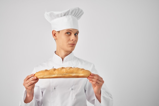 Chef-kok met brood in de hand professionele bakkerij