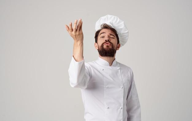Chef-kok met brood in zijn handen voedselbereiding restaurantprofessionals