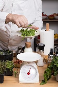 Chef-kok met een gewicht van ingrediënten