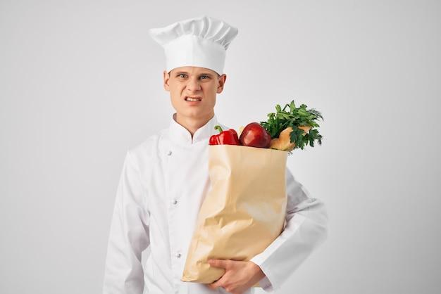 Chef-kok met een pakket boodschappen keuken koken eten werk