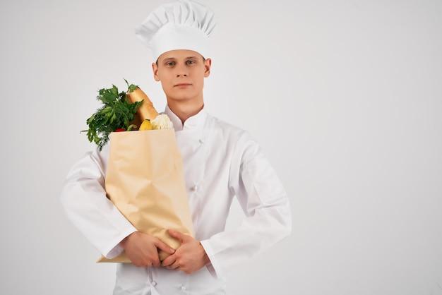 Chef-kok met een pakket verse voedselbezorging keukenprofessional