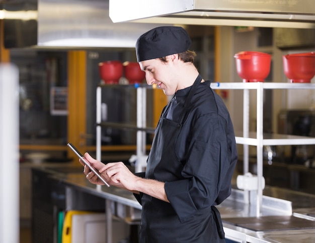 Chef-kok met een tablet