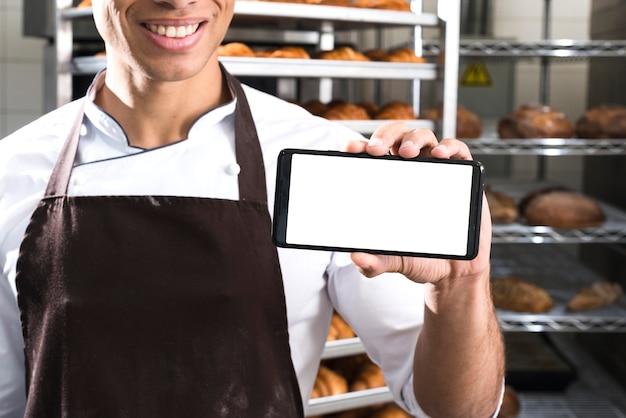 Chef-kok met scherm van telefoon