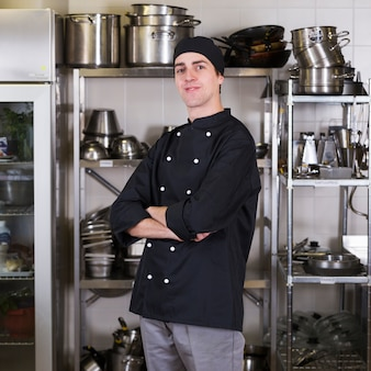 Chef-kok met uniform en keuken