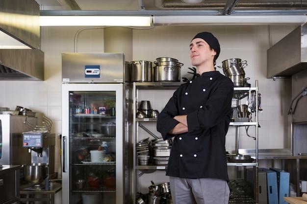 Chef-kok met uniform en keuken