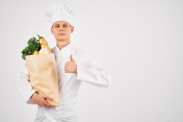 Chef-kok met vers voedselpakket gezond eten restaurant bezorging