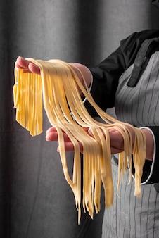 Chef-kok met verse pasta