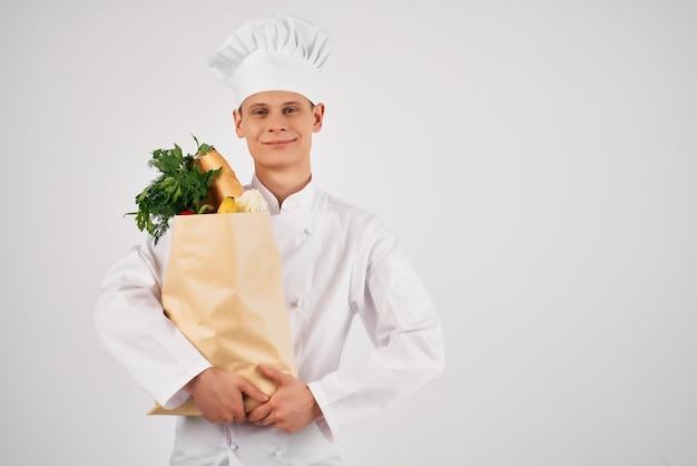 Chef-kok met voedselpakket dat gezond voedsel kookt