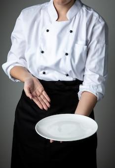 Chef-kok met witte lege plaat