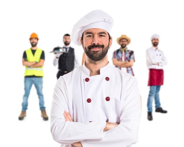 Chef-kok met zijn armen gekruist over witte achtergrond