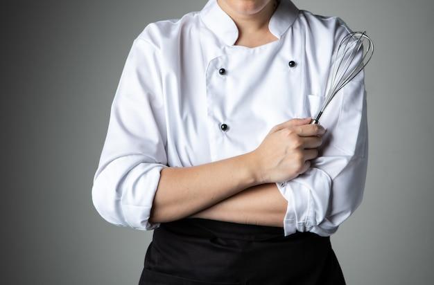 Chef-kok met zweepslagen tool gebakje voedsel mengen ingrediënt