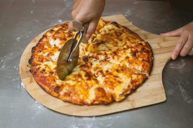 Chef-kok pizza maken in de keuken