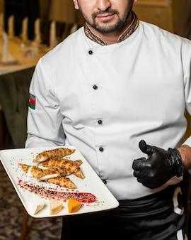 Chef-kok presenteert broodjes met kaas