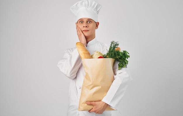 Chef-kok producten koken voedsel restaurant professionele levensstijl grijze achtergrond. hoge kwaliteit foto