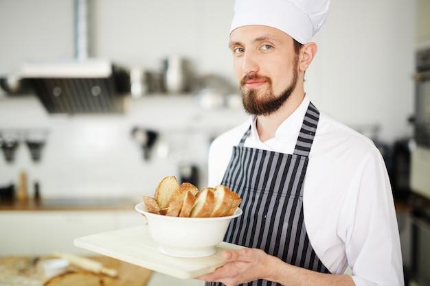 Chef-kok serveert