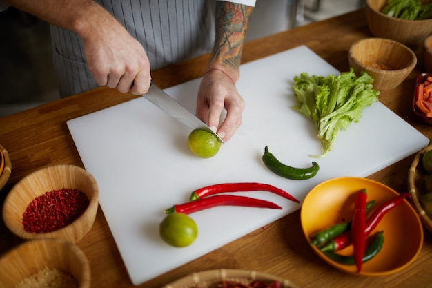 Chef-kok snijden groenten close-up