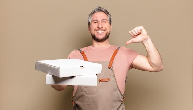 Chef-kok van middelbare leeftijd. afhaal pizza's concept
