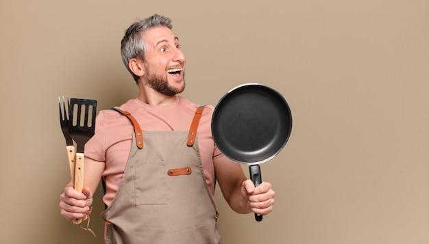 Chef-kok van middelbare leeftijd. barbecue concept