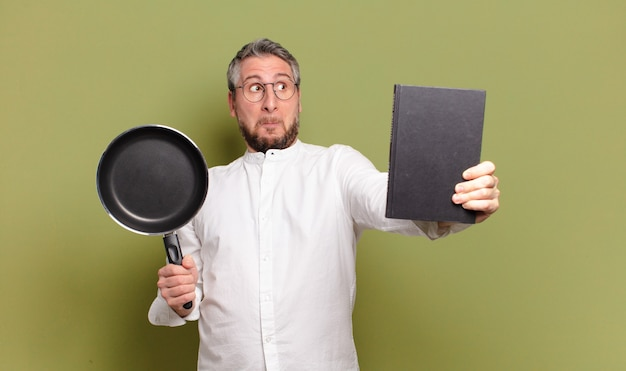 Chef-kok van middelbare leeftijd die kok leert