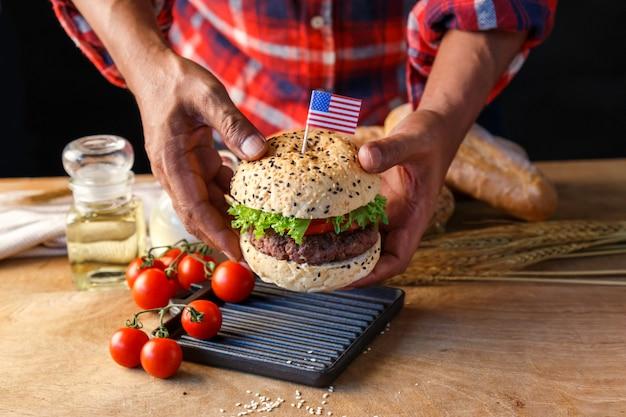 Chef-kok zelfgemaakte hamburger maken.