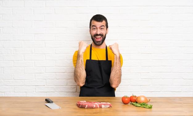 Chef-kokholding in een keuken die een overwinning in winnaarpositie vieren