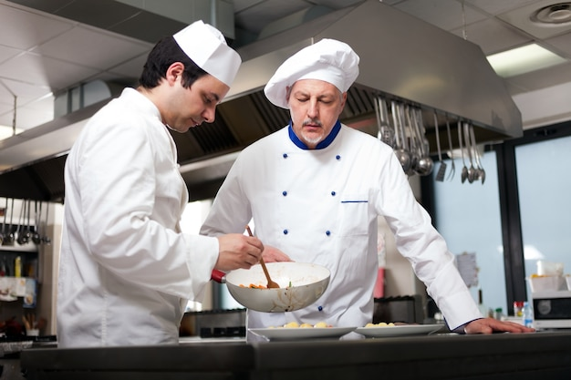 Chef-koks die in een keuken werken
