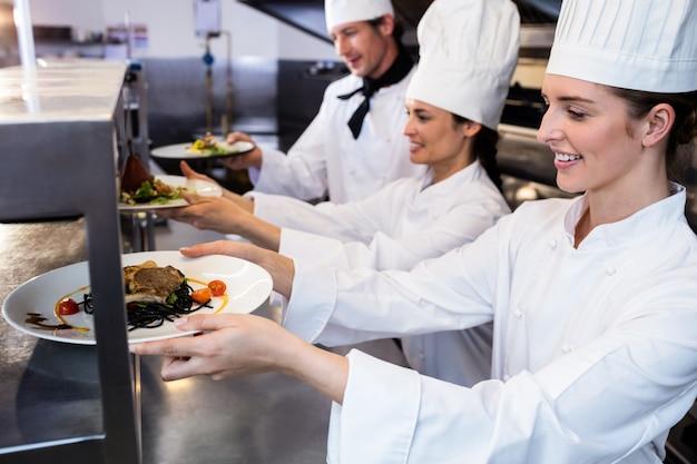 Chef-koks diner borden overhandigen via bestelstation