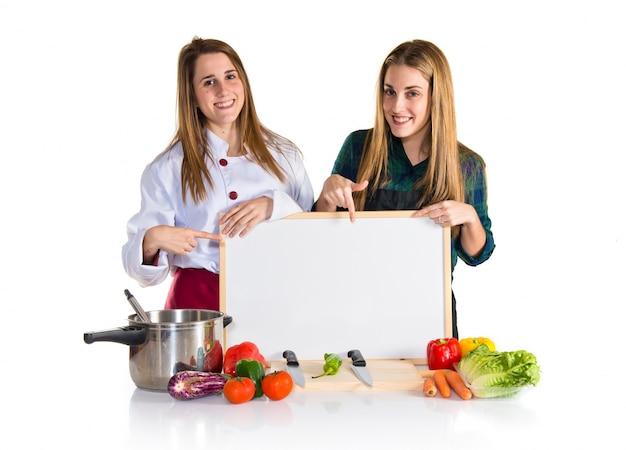 Chef-koks houden een leeg bord