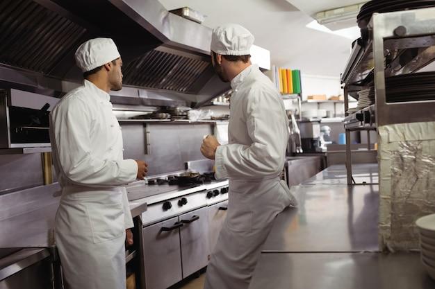 Chef-koks met elkaar in de keuken