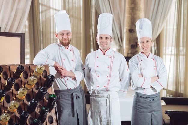 Chef-koks met wijnflessen