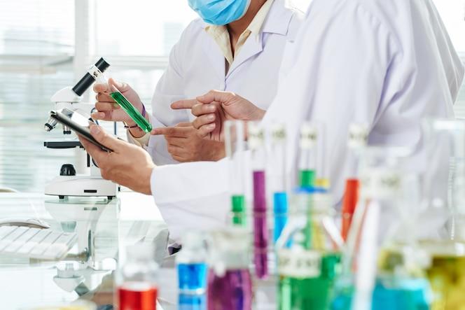 Chemici experiment uitvoeren